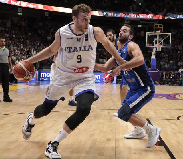 Nikolo Meli i Jogev Ohajon u duelu na Evrobasketu 2017