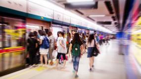 Dziesiątki osób pchały wagon metra, by uratować staruszkę