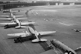 751px-C-47s_at_Tempelhof_Airport_Berlin_1948
