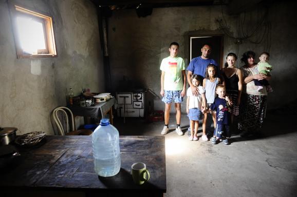 Živeli su u magacinu u kome se zimi voda smrzne u flaši, a leti teškom mukom kupljeno mleko odmah pokvari, tako da ne stignu da ga iskoriste