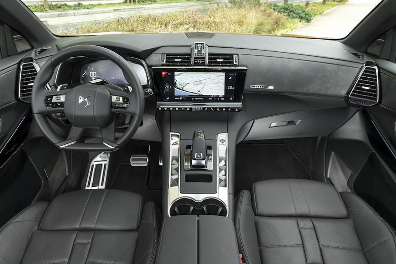 DS 7 Crossback - we wnętrzu wykorzystano rozwiązania od dostawców dla luksusowych marek