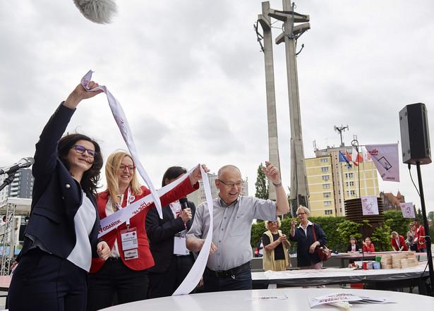 Dulkiewicz podkreśliła w poniedziałek na briefingu prasowym przed wejściem Do Europejskiego Centrum Solidarności, że dzisiaj wszystkie drogi prowadzą do Gdańska, bo tu świętujemy Święto Wolności i Solidarności.