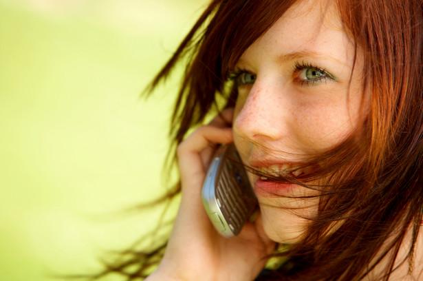 Nastolatka rozmawia przez telefon komórkowy, fot. Yuri Arcurs