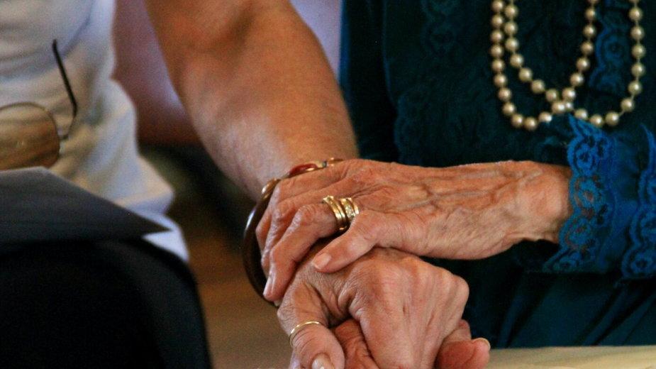 """""""Mówią: nas już nikt nie zauważa"""". Co możemy podarować osobom starszym?"""