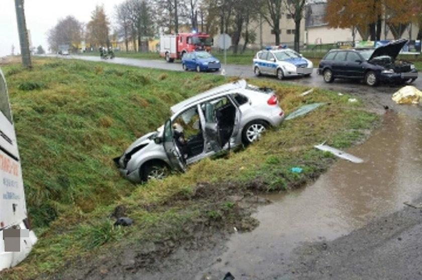 Tragiczny wypadek w Bogdanowicach na Opolszczyźnie. Na zdj. rozbite renault i audi, z którym się zderzyło