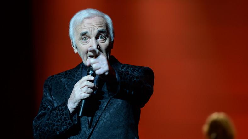 """Charles Aznavour w Warszawie zaśpiewał swoje największe przeboje (m.in. """"She"""", """"La Boheme"""", """"Non Je N'Ai Oublie"""") i wzruszył publiczność zgromadzoną w Sali Kongresowej (komplet zajętych miejsc). Ta zrewanżowała mu się owacjami na stojąco i bukietami kwiatów…"""