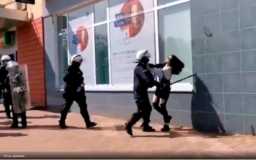 Głogów. Policjant okładał dziewczynę pałką na manifestacji