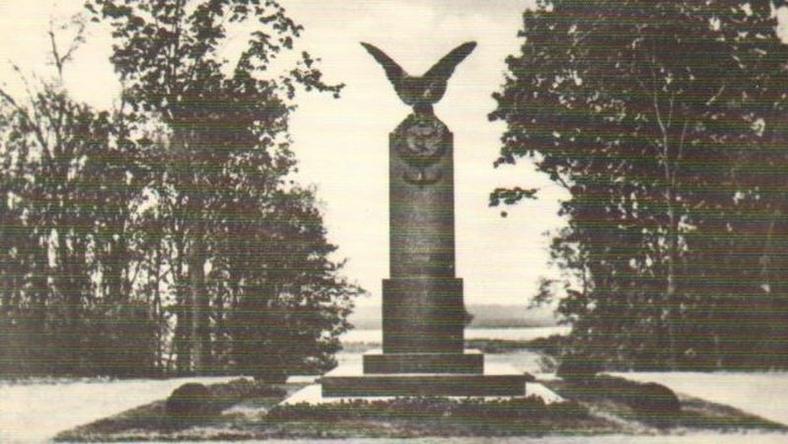 Pomnik przed wojną
