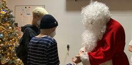 Wojewoda przebrał się za św. Mikołaja. Rozdawał dzieciom zaskakujące prezenty