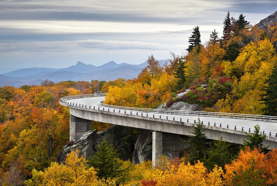 Blue Ridge Parkway to droga znajdująca się w USA, dokładniej w Północnej Karolinie i Wirgini. Jej długość to ponad 750 km i biegnie ona wzdłuż granic Pasma Błękitnego, stanowiącego część Appalachów oraz pomiędzy parkami narodowymi Shenandoah i Great Smoky Mountains.