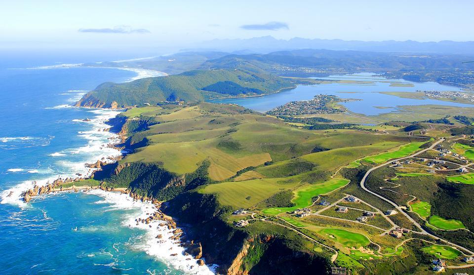 Trasa Garden Route w RPA prowadzi przez wspaniałe miejsca takie jak miasto Knysna i piękne rodzime lasy, plaże i laguny. Droga po jednej stronie ma imponujące góry, a po drugiej Ocean Indyjski.