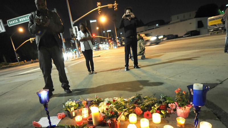 Fani zostawiają znicze przed hotelem, w którym zmarła Whitney Houston. Fot. PAP/EPA