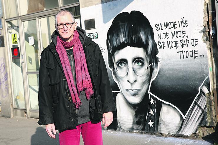 Srdjan Gojkovic Gile pored murala