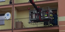 Dwulatek zamknął mamę na balkonie. Pomógł miś strażak
