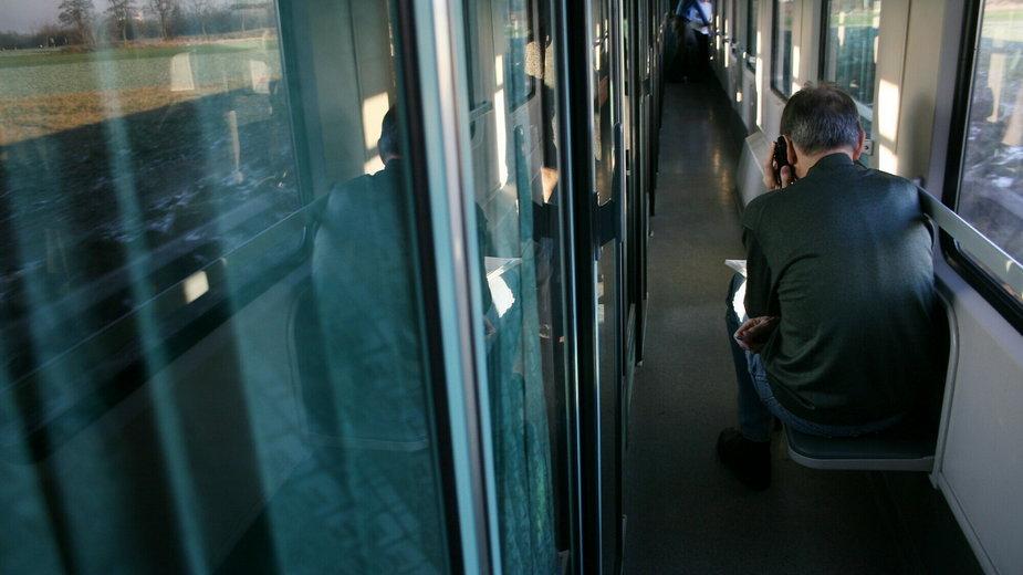 Korytarz w pociągu (Zdjęcie ilustracyjne)