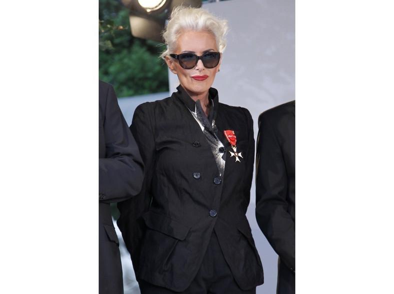 Rockowa wersja stroju galowego - Kora Jackowska w charakterystycznej dla siebie stylizacji.
