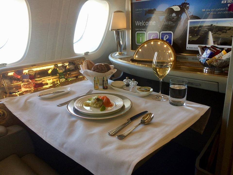W kabinie można rozłożyć stół - na czas posiłku lub do pracy w trakcie lotu. Na pokładzie A380 w tej klasie serwowane są kilkudaniowe obiady.