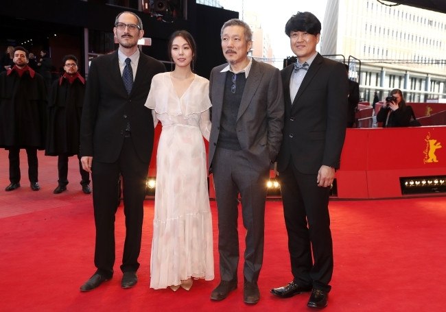 "Hong Sang-soo wraz ze ekipią filmu ""On the Beach at Night Alone"""