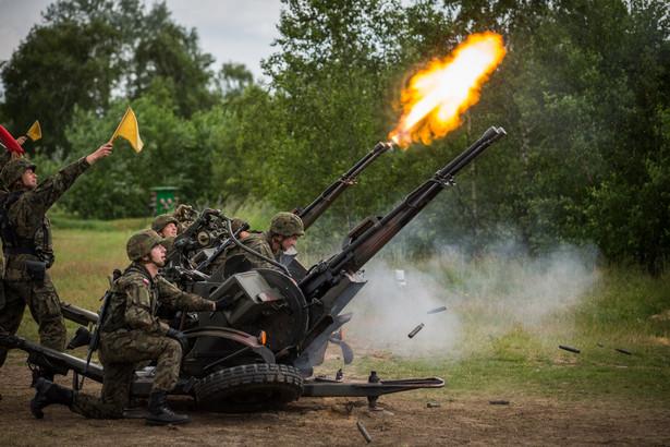 Kierownictwo MON i kadra dowódcza Sił Zbrojnych RP i NATO obserwują ćwiczenia poligonowe w pasie ćwiczeń ogniowych Wierzbiny w Orzyszu.