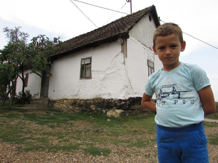 Decak Neven Skoric ispred kuce sa filmskog platna tri jablana jazovac