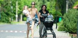 Joanna Krupa z mamą i córką wybrała się na zakupy. Panie znalazły sposób, by nie taszczyć ciężkich siat [ZDJĘCIA]