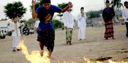 Szok! Grają płonącą piłką