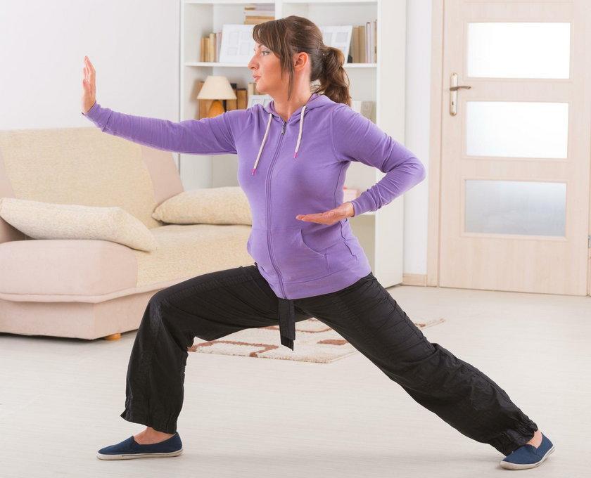 Tai chi poprawia postawę, poczucie równowagi i ogólną mobilność, a także zwiększa siłę mięśni nóg.