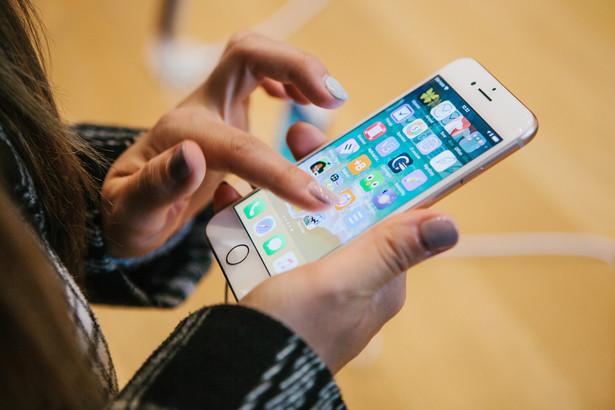 Cała afera i to, jak mocno ludzie zareagowali na działania Apple'a, pokazują, że tracimy cierpliwość do tego, jak firmy technologiczne wykorzystują swoją pozycję. Już po kilku dniach w Stanach złożono przeciwko producentowi pierwsze pozwy.