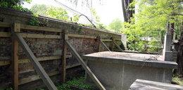 Sypie się mur na cmentarzu Rakowickim