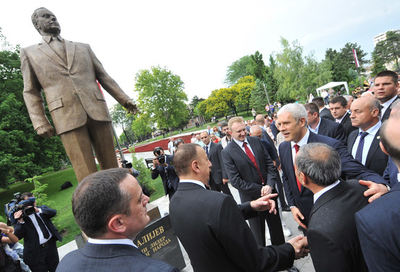 Spomenik Hejdaru alijevu (klikni za uvećanje)