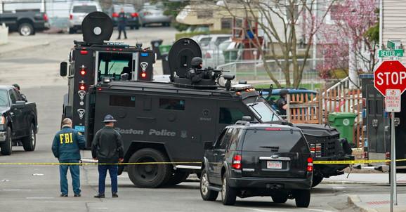 Policija i nacionalna garda pretražuju mirni komšiluk u Bostonu u potrazi za ubicom