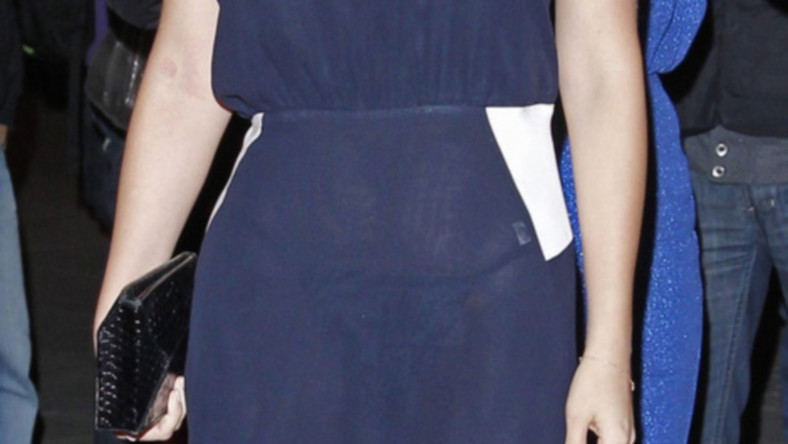 Aktorka wie, jak zrobić wrażenie, ale chyba nie zauważyła, że bielizna, którą założyła pod prześwitującą suknię, ma białą widoczną metkę