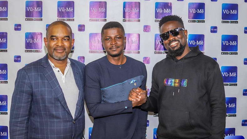 Sarkodie interacts with CEO of Vū-Mē, others