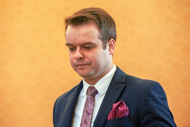 Rafał Bochenek w latach 2016-2017 był rzecznikiem prasowym w rządzie premier Beaty Szydło