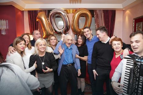 Veselo: Mirko Mrđa sa porodicom i prijateljima na slavlju u kući na Banovom brdu