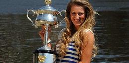 Wylaszczona tenisistka z pucharem. Foto