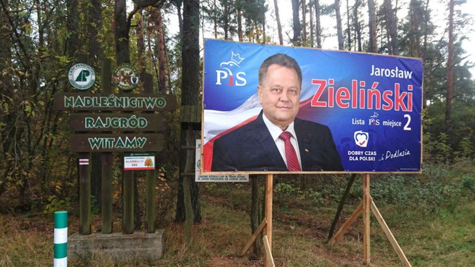 Plakat wyborczy Jarosława Zielińskiego na terenie Nadleśnictwa Rajgród