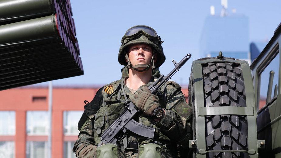 Rosyjski żołnierz podczas Parady Zwycięstwa w Moskwie, zdj. ilustracyjne