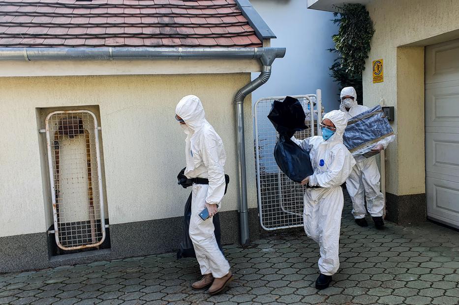Döbbenetes részletek a házkutatásról: pisztollyal mentek be a hatóság emberei Szász János fiának szobájába – Online óra közben vették el a laptopját
