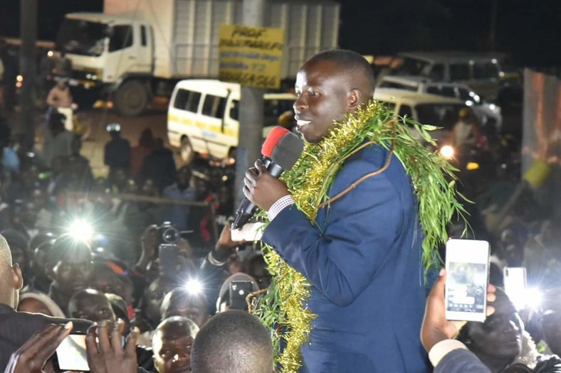 Nandi Governor Stephen Sang addressing crowds in Nandi Hills after he was released on Sh1 million bond