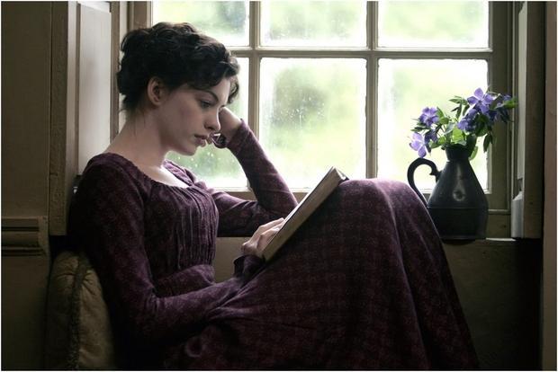 """Kadr z filmu """"Zakochana Jane"""". W roli Jane Austen wystąpiła Anne Hathaway"""