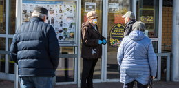 Ograniczenie przemieszczania się seniorów jest bezprawne? Prawnik tak twierdzi