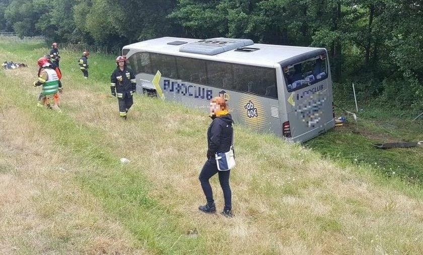 Autokar przewrócił się na A4