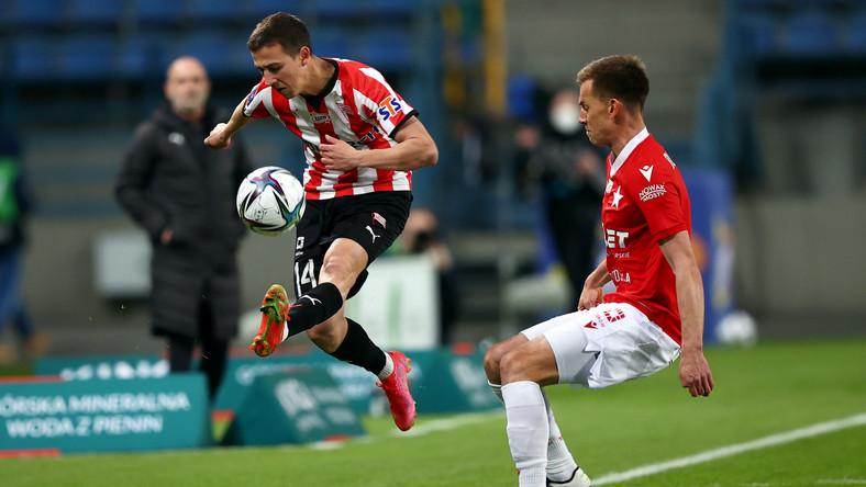 Zawodnik Wisły Kraków Łukasz Burliga (P) i Ivan Fiolic (L) z Cracovii podczas meczu 27. kolejki piłkarskiej Ekstraklasy
