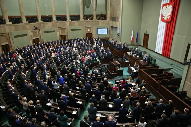 Do Sejmu nie weszłyby: koalicja Zjednoczona Lewica z poparciem 5 proc., KORWiN – 4 proc., PSL – 2 proc. i Razem – 1 proc.