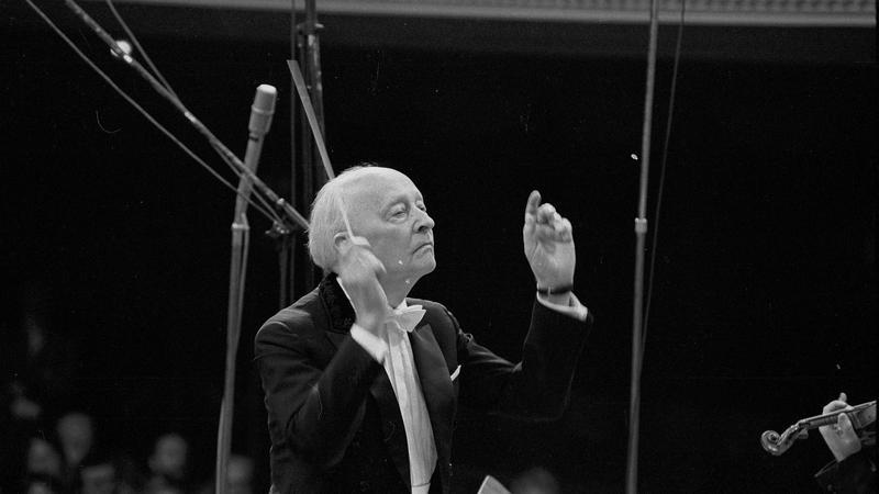 Witold Lutosławski prowadzi orkiestrę podczas Warszawskiej Jesieni