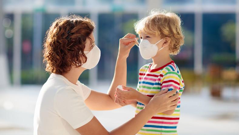 Kobieta z dzieckiem w maseczkach higienicznych