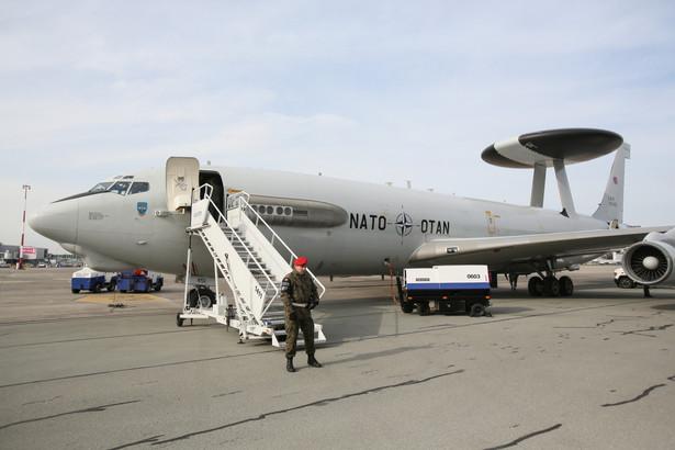 Z okazji tysiąca misji AWACS-ów nad Polską na terenie 1 Bazy Lotnictwa Transportowego odbyło się spotkanie, podczas którego odbyła się prezentacja samolotu AWACS z Komponentu E-3A z Geilenkirchen (Niemcy) oraz samolotów F-16 i MiG-29 z 31. i 23. Bazy Lotnictwa Taktycznego. Zaprezentowany na Okęciu samolot należy do sojuszniczego Komponentu E-3A, który stacjonuje w bazie lotniczej Geilenkirchen w Niemczech. fot. (zuz) PAP/Leszek Szymański