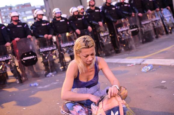 Majka uhapšenog Nikole Dragosavljevića (21) ostala je poslednja ispred kordona u 29. novembra