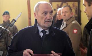 Sprawa b. wiceszefa MON. TVP Info: Macierewicz sprzeciwiał się przyznaniu mu dostępu